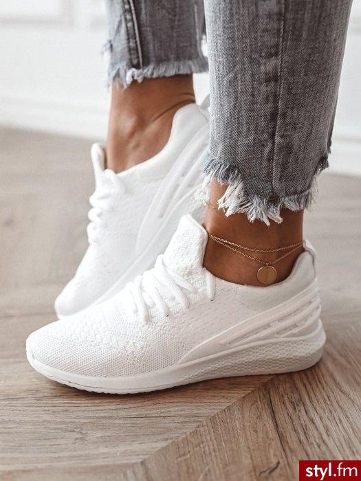 Sportowe buty w modnym kolorze.  Idealnie sprawdzą się w codziennych stylizacjach, zwłaszcza gdy założymy do nich spodnie z wysokim stanem oraz modną katanę.  https://roseboutique.pl/ - Sportowe Buty Moda
