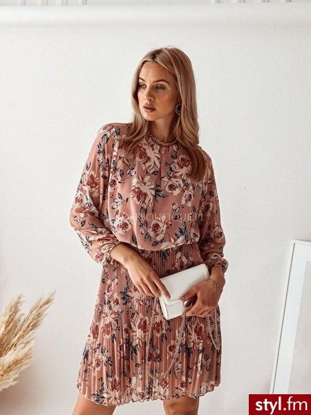 Sukienka wykonana została z delikatnej tkaniny pokrytej pięknym kwiatowym wzorem. Stójka w postaci niewielkiej falbanki dodaje całości kobiecego uroku. Długie rękawy zakończone zostały gumką, dzięki czemu świetnie się układają https://roseboutique.pl - Dzienne Sukienki Moda