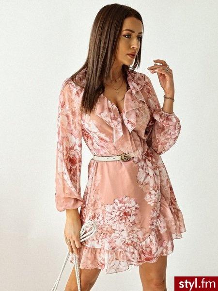Sukienka wykonana została z lekkiego, zwiewnego materiału. Liczne falbany sprawiają, że sukienka świetnie się układa. Długie rękawy zakończone zostały gumką. Dzięki wiązaniu sukienkę można idealnie dopasować do sylwetki. https://roseboutique.pl/ - Dzienne Sukienki Moda