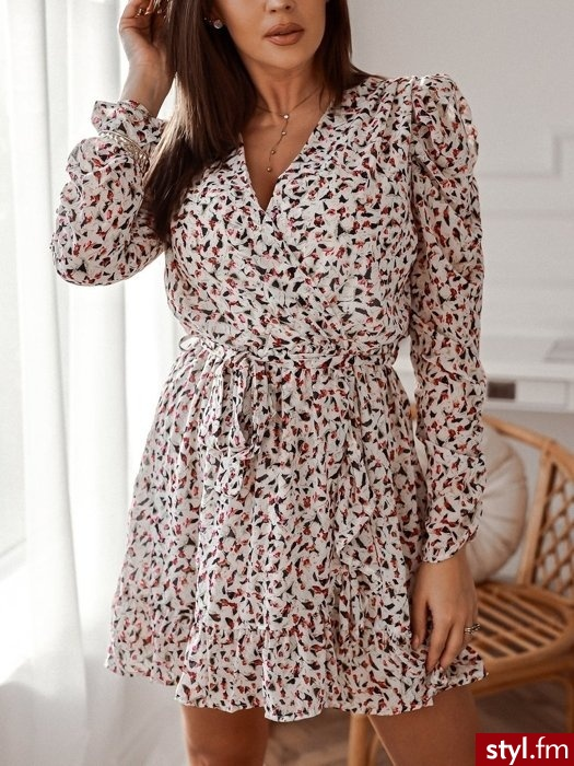 Sukienka wykonana została z szyfonowego materiału pokrytego pięknym printem. Gumka w talii sprawia, że sukienka świetnie leży, a dla większego dopasowania do zestawu dołączony został pasek. Długie rękawy przy końcach posiadają wyraźne marszczenie. - Dzienne Sukienki Moda