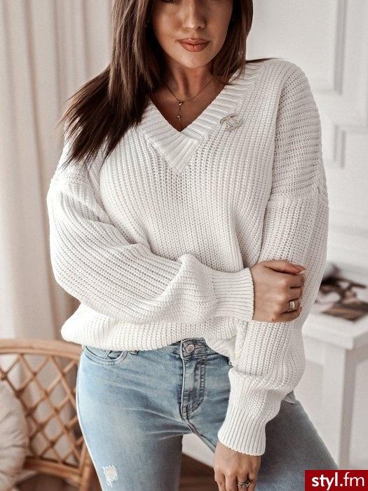 Sweter wykonany został z materiału z domieszką wełny co sprawia, że jest niezwykle ciepły. Dekolt w serek sprawia, że pięknie podkreśla biust. Długie rękawy oraz dół zakończone są ściągaczem. W zestawie złota broszka. https://roseboutique.pl/ - Swetry Ciuchy Moda