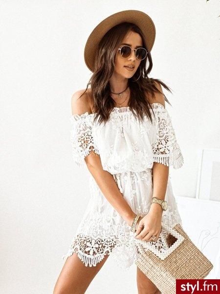 Sukienka wykonana została pięknego, delikatnego tiulu. Całość zdobi gipiura która dodaje sukience niezwykłej delikatności oraz lekkości. Do zestawu dołączony został biały pasek-sznurek. https://roseboutique.pl/ - Dzienne Sukienki Moda