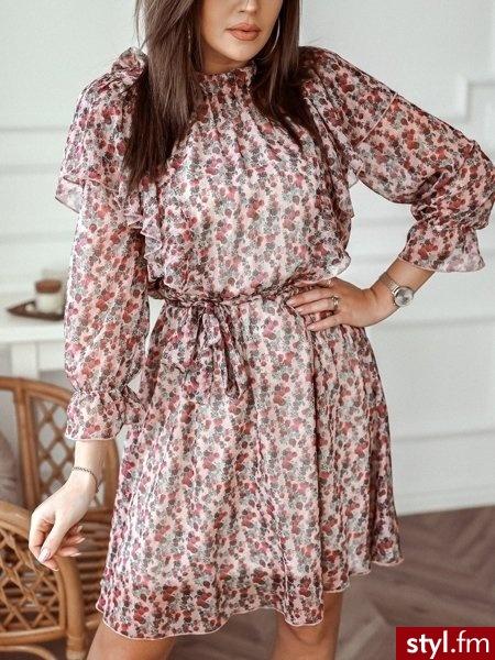 Sukienka wykonana została z szyfonowego materiału pokrytego pięknym kwiatowym printem. Bufiaste rękawy zakończone zostały gumką z falbanką co sprawia, że sukienka idealnie wpisuje się w obecne trendy. https://roseboutique.pl/ - Dzienne Sukienki Moda