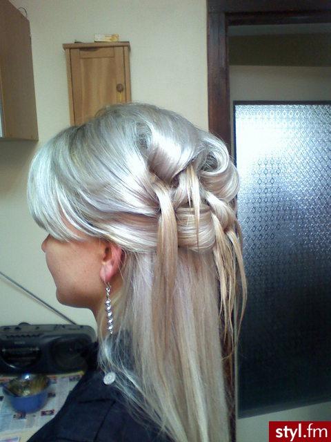 Przeplatane Upięcie Na Wieczór Z Długich Blond Włosów