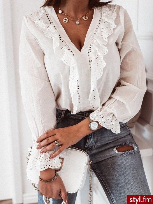 Koszula wykonana została z gładkiego, eleganckiego materiału. Głęboki dekolt w serek pięknie eksponuje biust. Bluzka posiada atrapy guzików. Ażurowe zdobienie dodaje bluzce delikatności. http://roseboutique.pl/ - Bluzki Ciuchy Moda