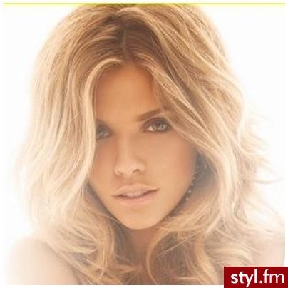 Zdjęcie główne - Blond Rozpuszczone Kręcone Na co dzień Średnie Fryzury