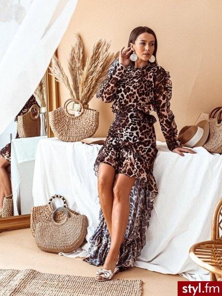 Sukienka Maxi o pięknym panterkowym princie. Zapinana jest z tyłu na guzik. Posiada wycięcie, które eksponuje plecy. Wykończona jest delikatną falbaną przy rękawach i spódnicy. Wykonana z delikatnego i cienkiego materiału. https://roseboutique.pl/ - Wieczorowe Sukienki Moda