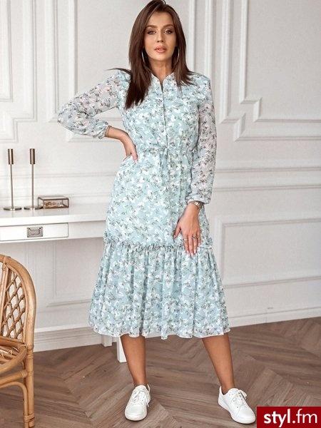 Sukienka wykonana została z lekkiego, szyfonowego materiału pokrytego pięknym printem. Wiązanie w talii sprawia, że świetnie leży. Długie rękawy zakończone są gumką. Sukienka posiada podszewkę. https://roseboutique.pl/ - Dzienne Sukienki Moda