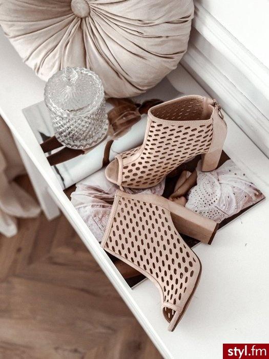 Dodaj opis (max. 250 zBotki wykonane zostały z ekologicznego zamszu. Jasny kolor oraz wysoki słupek optycznie wydłuża nogi. Ażurowe zdobienie sprawia, że całość wygląda niezwykle elegancko. Jest to idealny wybór do wiosennych sukienek. - Botki Buty Moda