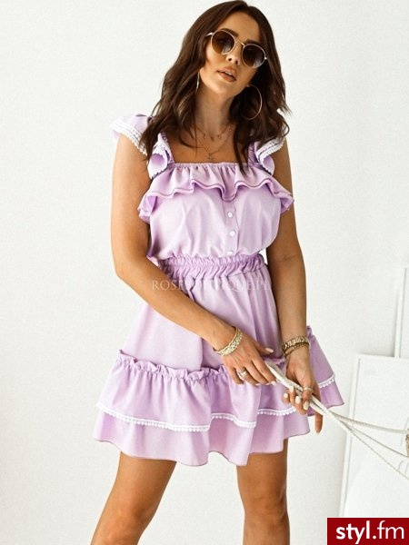 Sukienka wykonana z pięknej, wiosennej tkaniny. Falbanka na rękawie dodaje całości uroku. Dzięki gumce w talii sukienka jest komfortowa w noszeniu oraz świetnie się układa. Jest to doskonały wybór do wiosennych stylizacji. https://roseboutique.pl - Dzienne Sukienki Moda