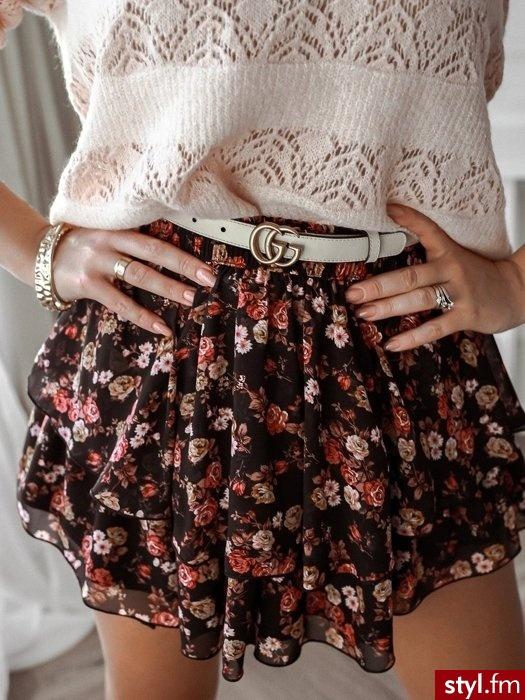 Spódniczka wykonana została z lekkiego, zwiewnego materiału pokrytego pięknym wiosennym printem. Gumka w pasie sprawia, że spódniczka świetnie leży. Spódniczka posiada podwójną falbanę. https://roseboutique.pl/ - Krótkie Spódnice Moda
