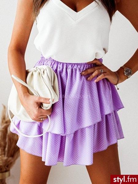 Spódniczka wykonana została z tkaniny w pięknym, wiosennym kolorze. Gumka w talii sprawia, że świetnie leży. Podwójna falbanka pięknie układa się w czasie ruchu. Jest to świetny wybór do wiosennych stylizacji. https://roseboutique.pl/ - Krótkie Spódnice Moda