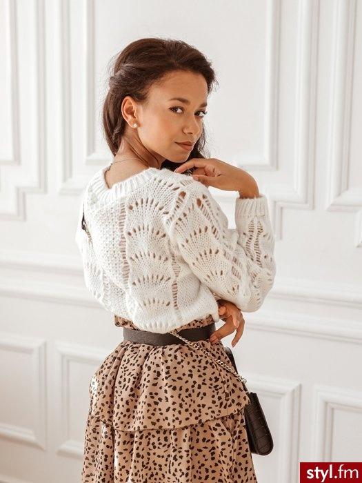 Jesienny sweter z dekoltem w łódkę. Dzięki wełnie mamy pewność że jest to ciepły sweter. Posiada oryginalne zdobienie biegnące wzdłuż całego sweterka. Rękawy zakończone gumką. Ten wełniany sweter świetnie uzupełnią czarne spodnie. - Swetry Ciuchy Moda