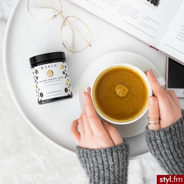 Mleko z dodatkiem kurkumy to popularny ajurwedyjski napój o wielu wspaniałych właściwościach. To również ciekawa alternatywa dla gorącej kawy czy herbaty. Teraz, dzięki polskiej marce Zojo Beauty Elixirs to również nowość z kategorii beauty drinks.  - Kosmetyki