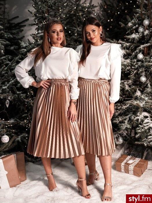 Spódnica wykonana została z pięknego satynowego materiału. Bardzo rozciągliwa gumka w pasie idealnie dopasowuje się do sylwetki. Piękny kolor sprawia, że spódnica przyciąga wzrok. Idealnie sprawdzi się w wielu odważnych stylizacjach, zwłaszcza gdy uz - Średnie Spódnice Moda