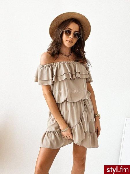 Sukienka wykonana została z pięknej, gładkiej tkaniny. Odkryte ramiona prezentują się niezwykle kobieco. sukienka świetnie sprawdzi się na wielu uroczystościach ale także w codziennych stylizacjach. https://roseboutique.pl/ - Dzienne Sukienki Moda