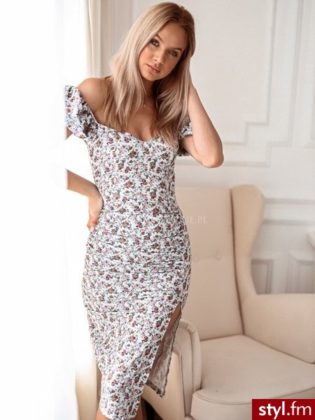 Piękna sukienka wykonana z materiału o najmodniejszym w tym sezonie kwiatowym princie. Sukienka posiada krótkie bufiaste rękawy z gumką. Dzięki wyraźnemu marszczeniu oraz długiemu rozporkowi sukienka świetnie leży. http://roseboutique.pl/ - Dzienne Sukienki Moda
