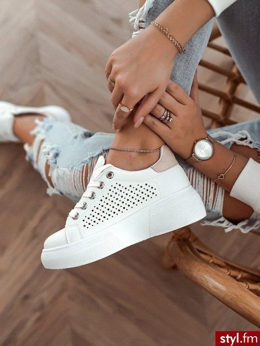 Sportowe buty w modnym kolorze wykonane z eko skóry w najmodniejszym kolorze jeśli chodzi o obuwie sportowe. Idealnie sprawdzą się w codziennych stylizacjach, zwłaszcza gdy założymy do nich ulubione slimowane spodnie lub wzorzystą spódniczkę. - Sportowe Buty Moda