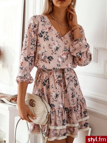 Sukienka wykonana została z materiału pokrytego pięknym, niezwykle kobiecym wzorem.  Dekolt w serek. Długie rękawy zakończone zostały gumką. Podwójna falbanka zakończona została śmietankowym, ażurowym zdobieniem. https://roseboutique.pl/ - Dzienne Sukienki Moda