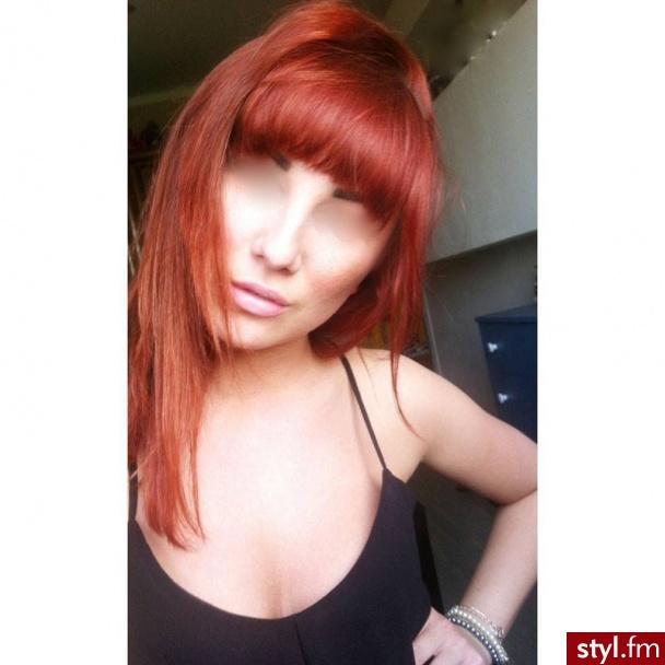Ze względu na brak zgody osoby która jest na zdjęciu dokonałam retuszu. Jednak sądzę,że na tym portalu zwraca się uwagę na fryzurę a nie twarz modelki. PIĘKNY ODCIEŃ RUDEGO ;) - Proste z grzywką Na co dzień Długie Fryzury