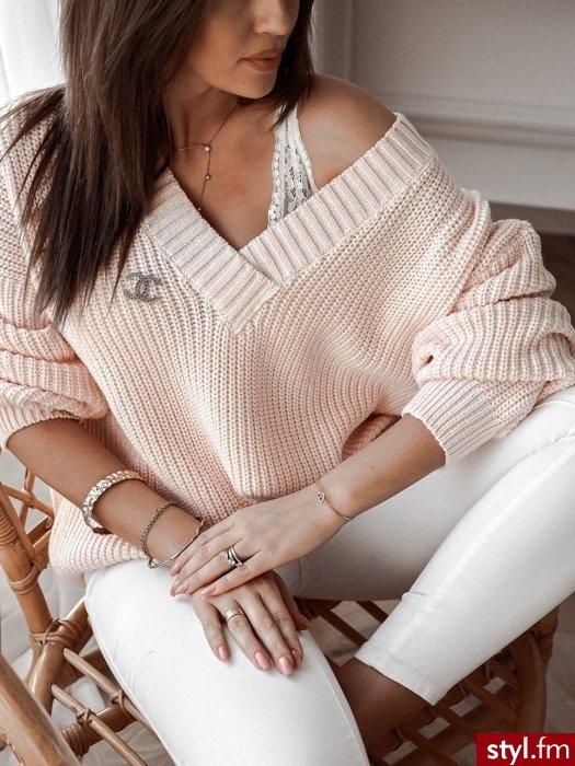 Dodaj opSweter wykonany został z materiału z domieszką wełny co sprawia, że jest niezwykle ciepły. Dekolt w serek sprawia, że pięknie podkreśla biust. Długie rękawy oraz dół zakończone są ściągaczem. W zestawie znajduje się złota is (max. 250 znaków) - Swetry Ciuchy Moda